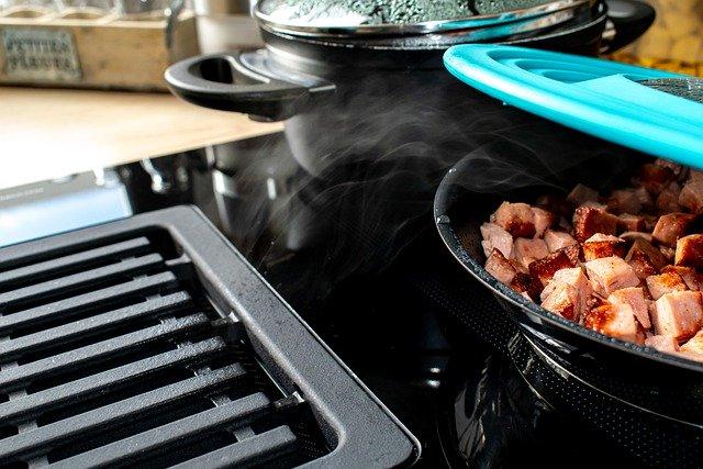 Het reinigen van de oven, gootsteen en koelkast in de keuken